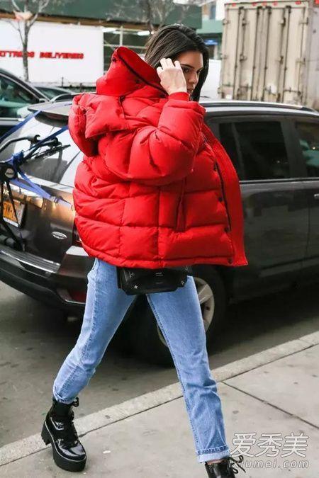 街拍示范:潮人最爱高饱和色羽绒服屋顶秧田工装
